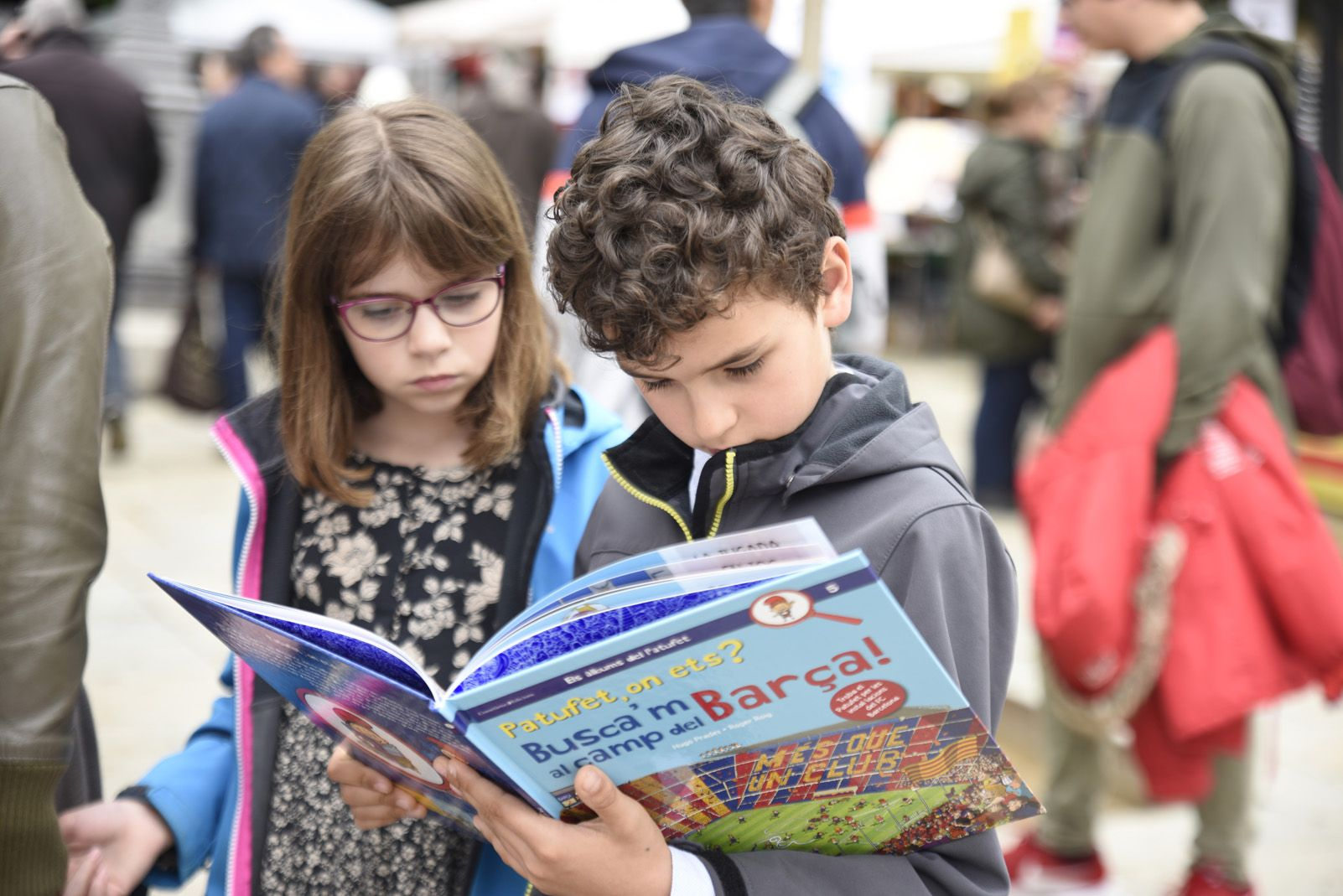 Els menuts mirant llibre per Sant Jordi. Foto: Bernat Millet.