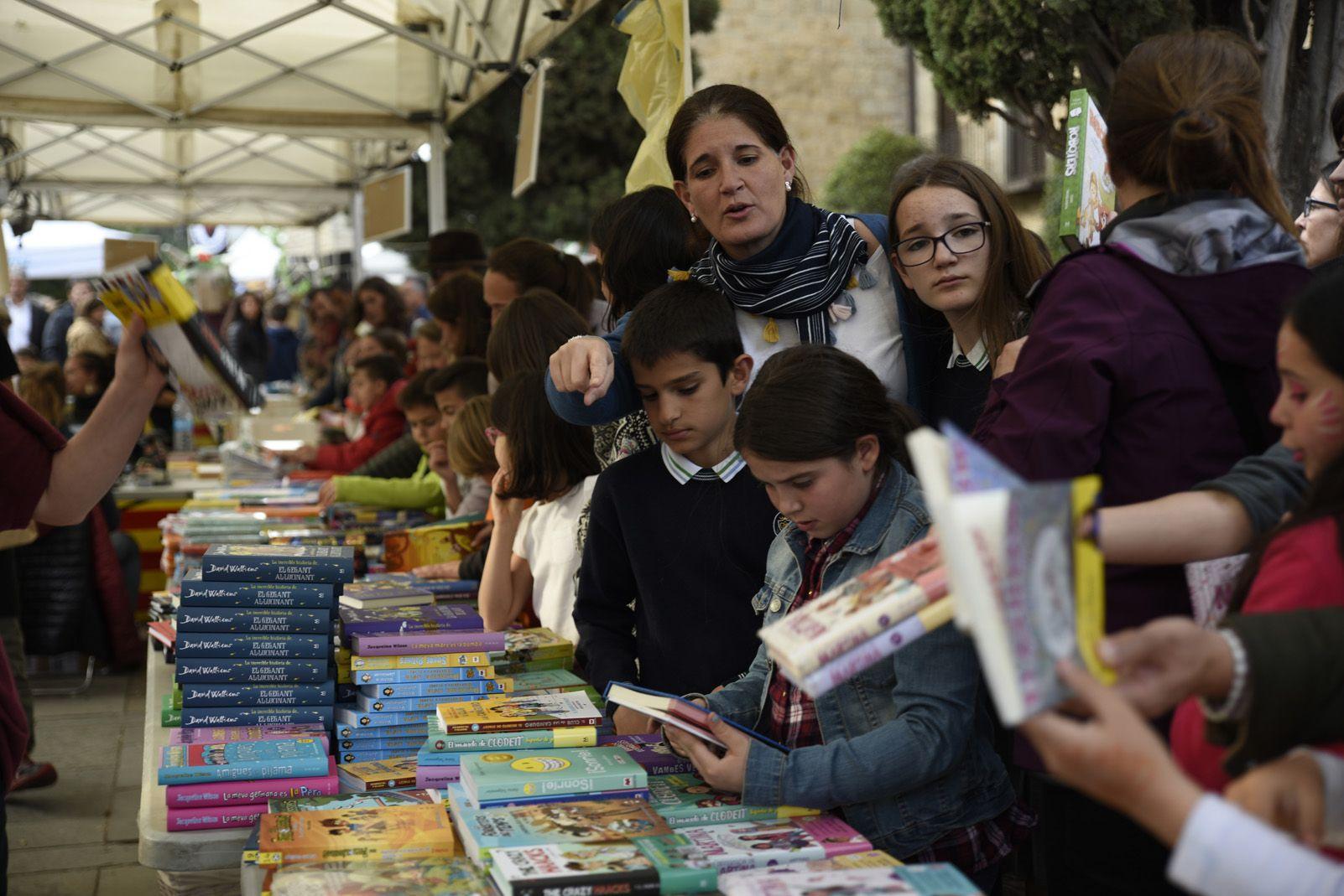 Venda de llibres durant la diada de Sant Jordi. Foto: Bernat Millet.