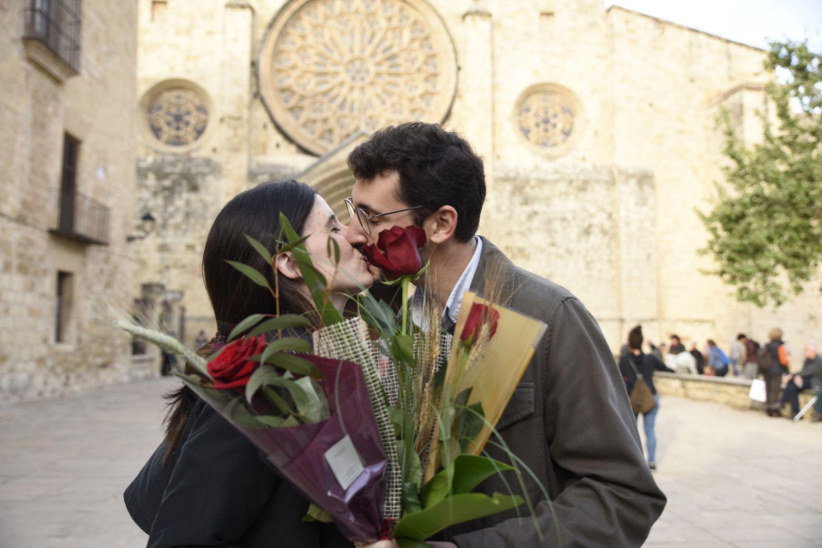El petó dels enamorats de Sant Jordi. Foto: Bernat Millet.