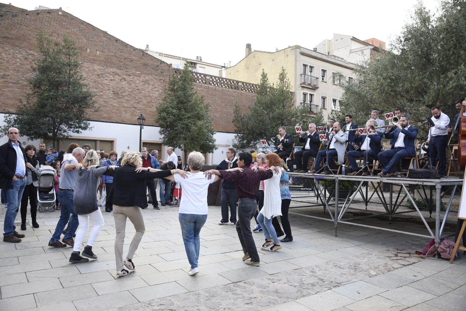 Ballada de sardanes durant la diada de Sant Jordi. Fotot: Bernat Millet.