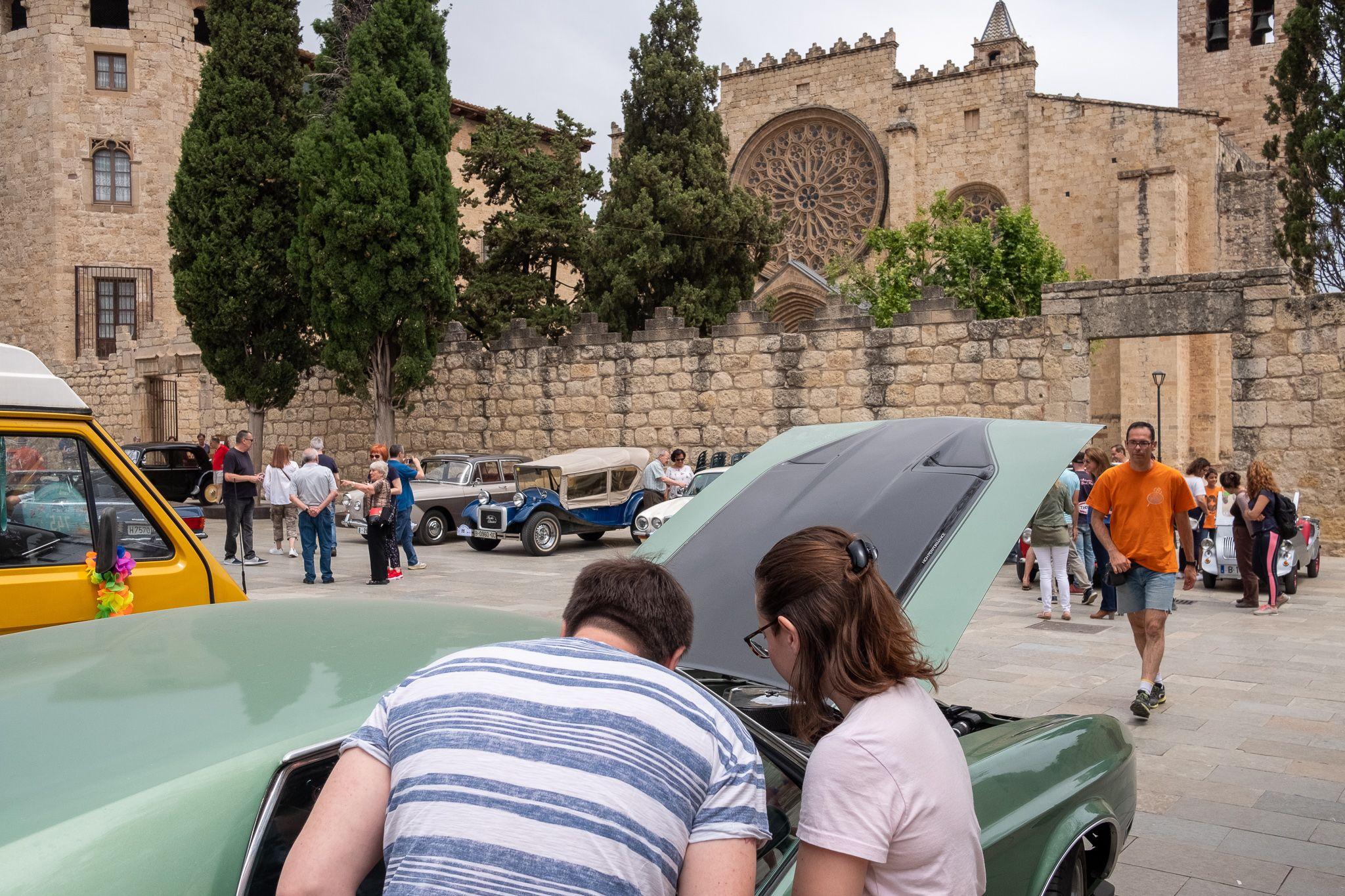 Vehicles clàssics surten al carrer amb el 8è Ral·li Mas Gener - Monestir. FOTO: Ale G.