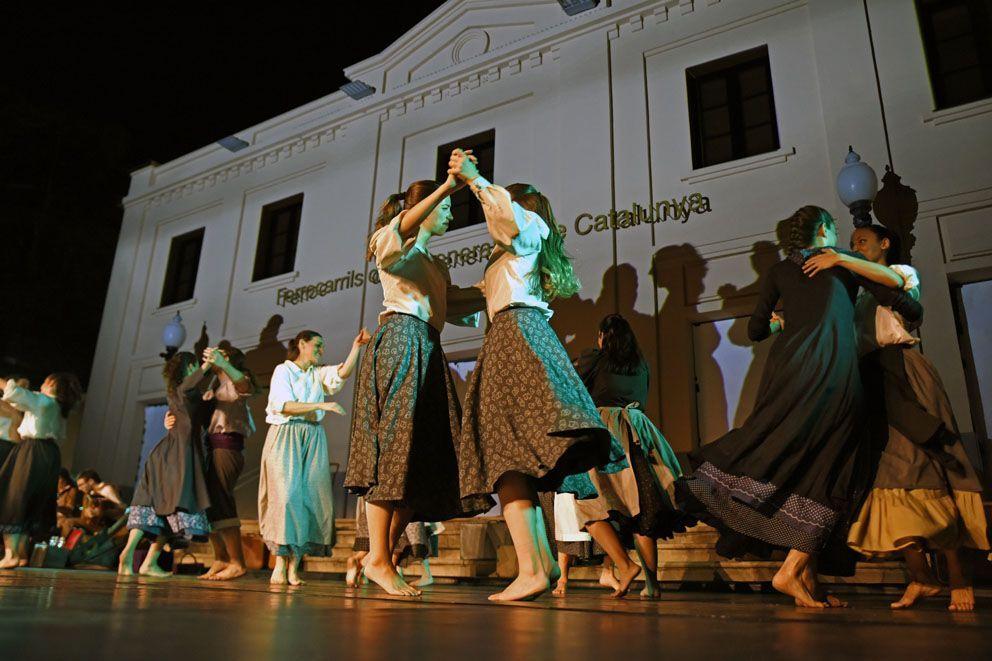 Cercavila, mapping, música i dansa pel Centenari del tren. Foto: Bernat Millet.