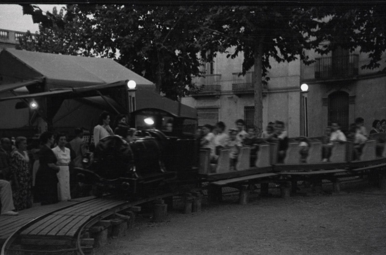 El tren de Festa Major als anys quaranta. Fons Cabanas (fotògrafs). AMSCV
