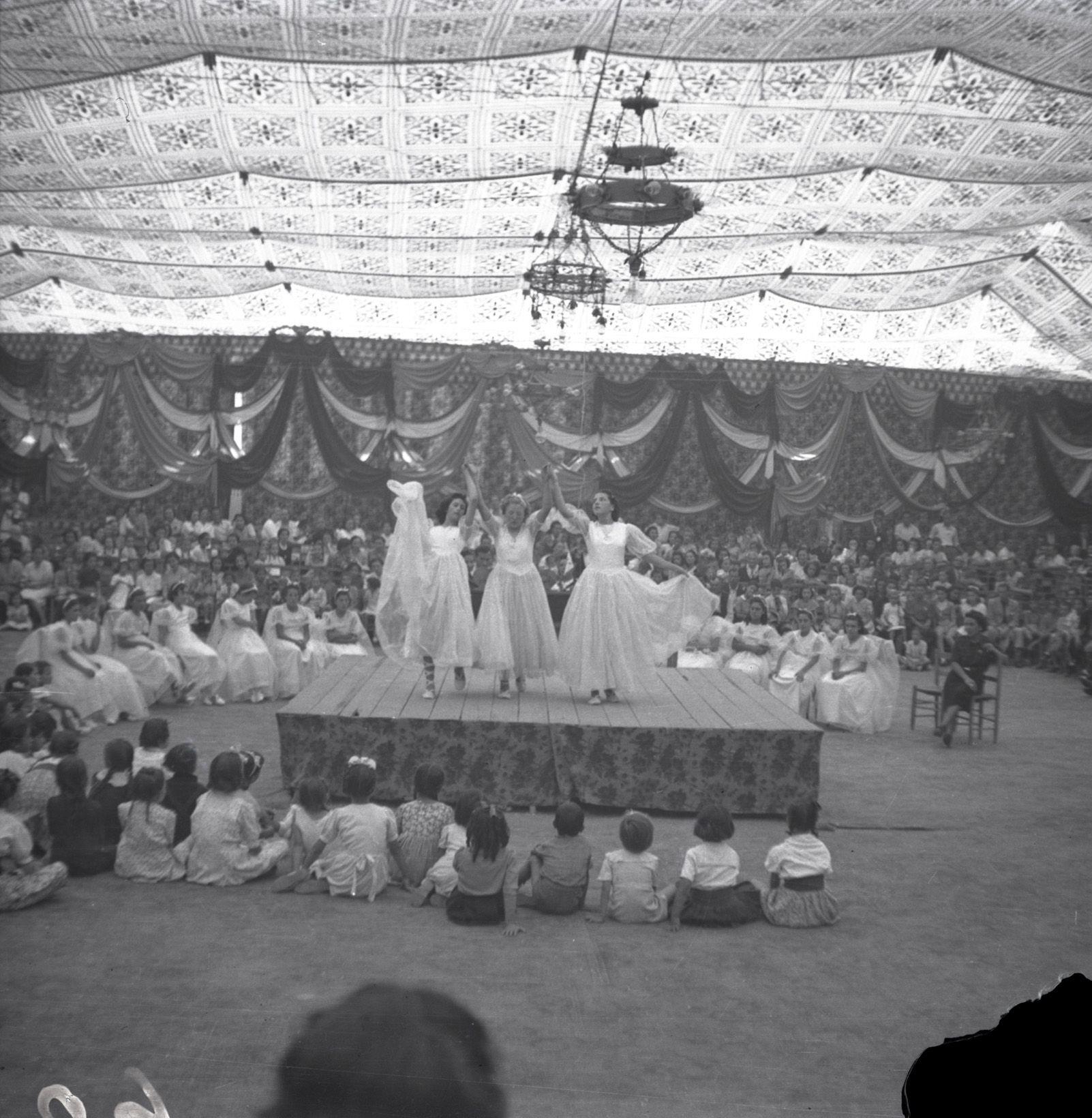 Balls tradicionals de Festa Major a l'any 1948. Fons Cabanas (fotògrafs). AMSCV