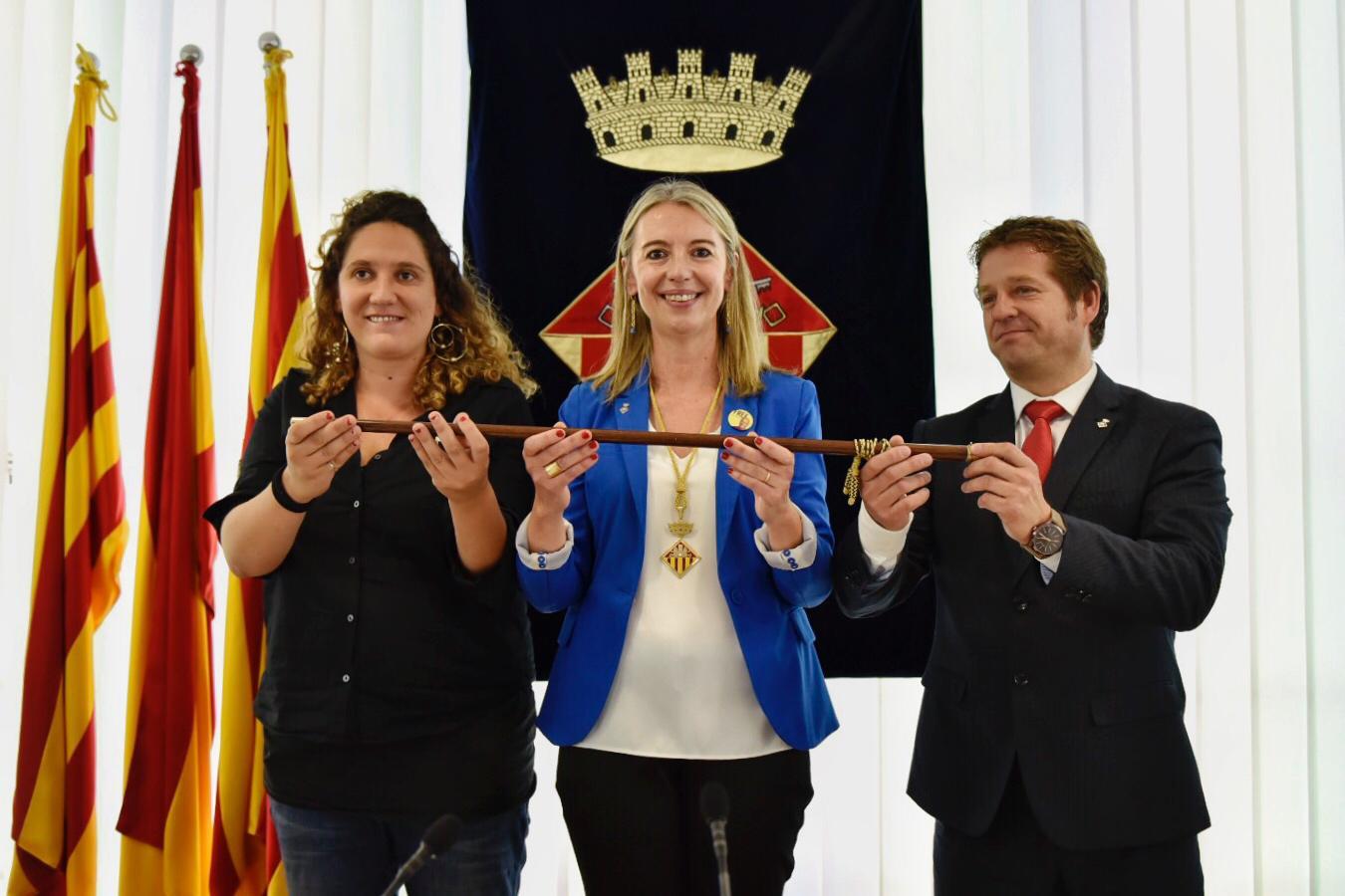 La nova alcaldessa de Sant Cugat del Vallès, Mireia Ingla, al centre, acompanyada per Núria Gibert (CUP) i Pere Soler (PSC) FOTO: Miguel López Mallach