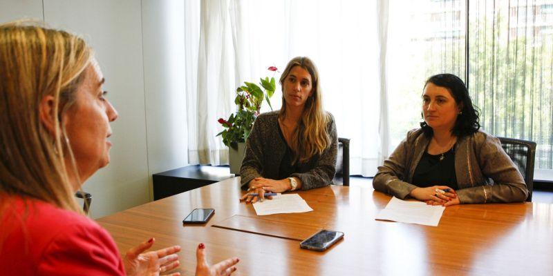 Grau i Guinó, directora i directora adjunta del TOT, entrevistant Mireia Ingla. FOTO: Bernat Millet