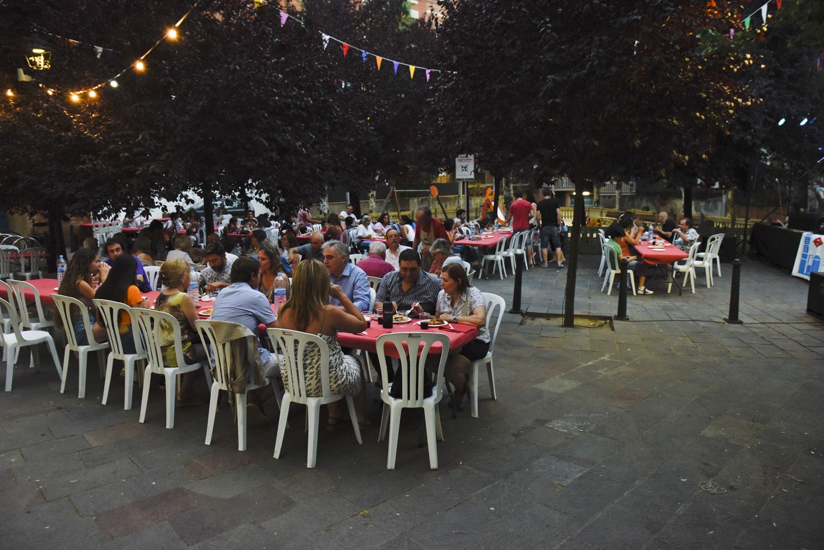 Sopar popular del barri Centre Estació. Foto: Bernat Millet.