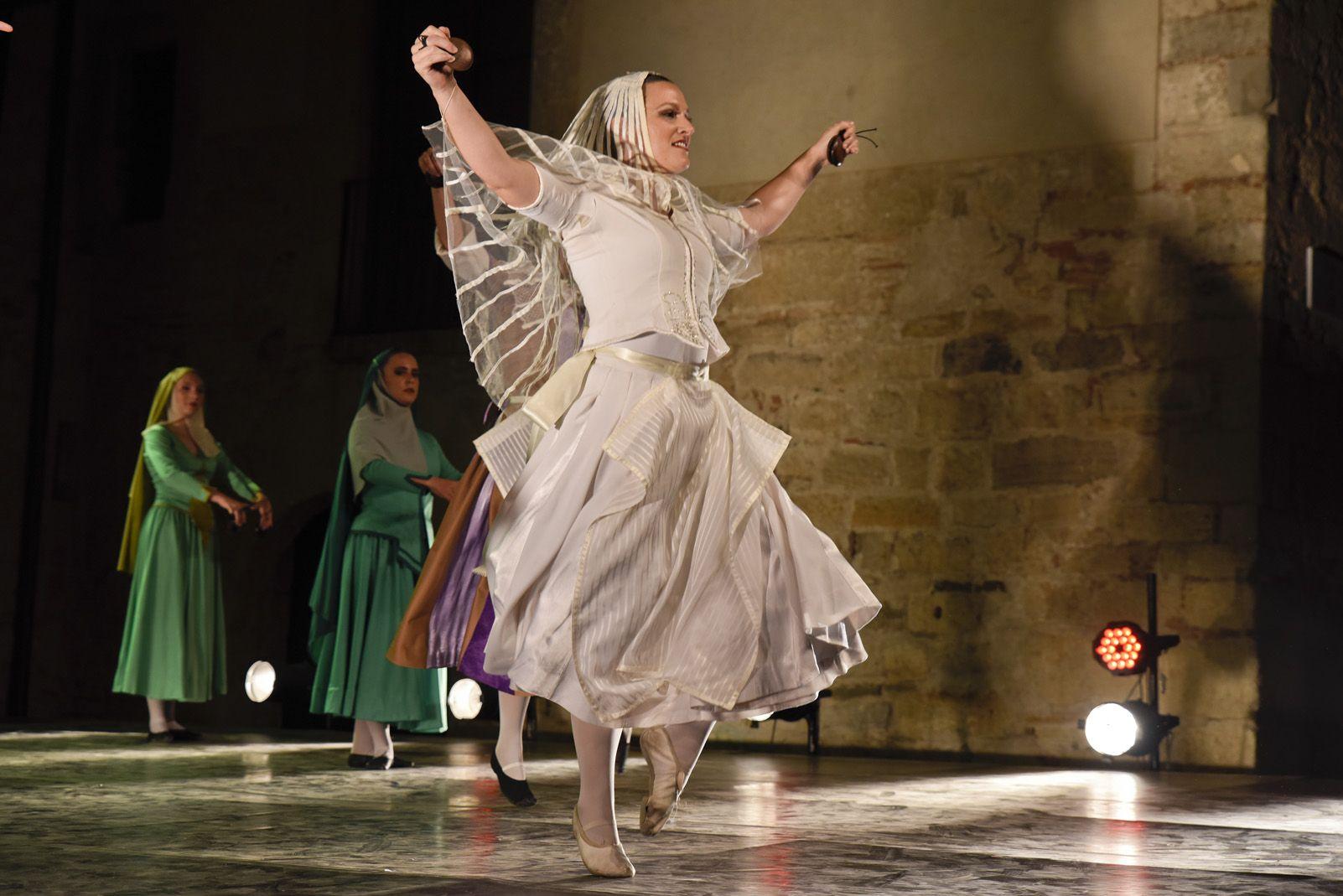 Trasdansar: espectacle de dansa d'arrel tradicional per el grup Mediterrania. Foto: Bernat Millet.