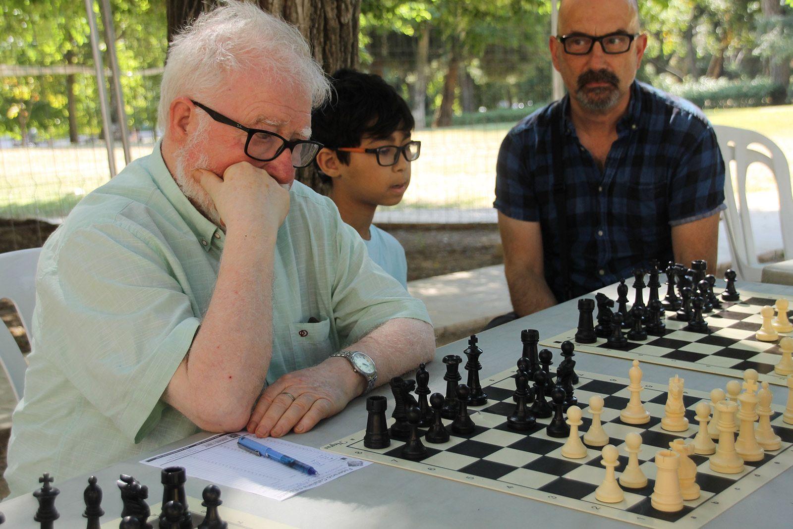 Torneig de partides simultànies d'escacs als Jardins del Monestir. FOTO: Paula Galván