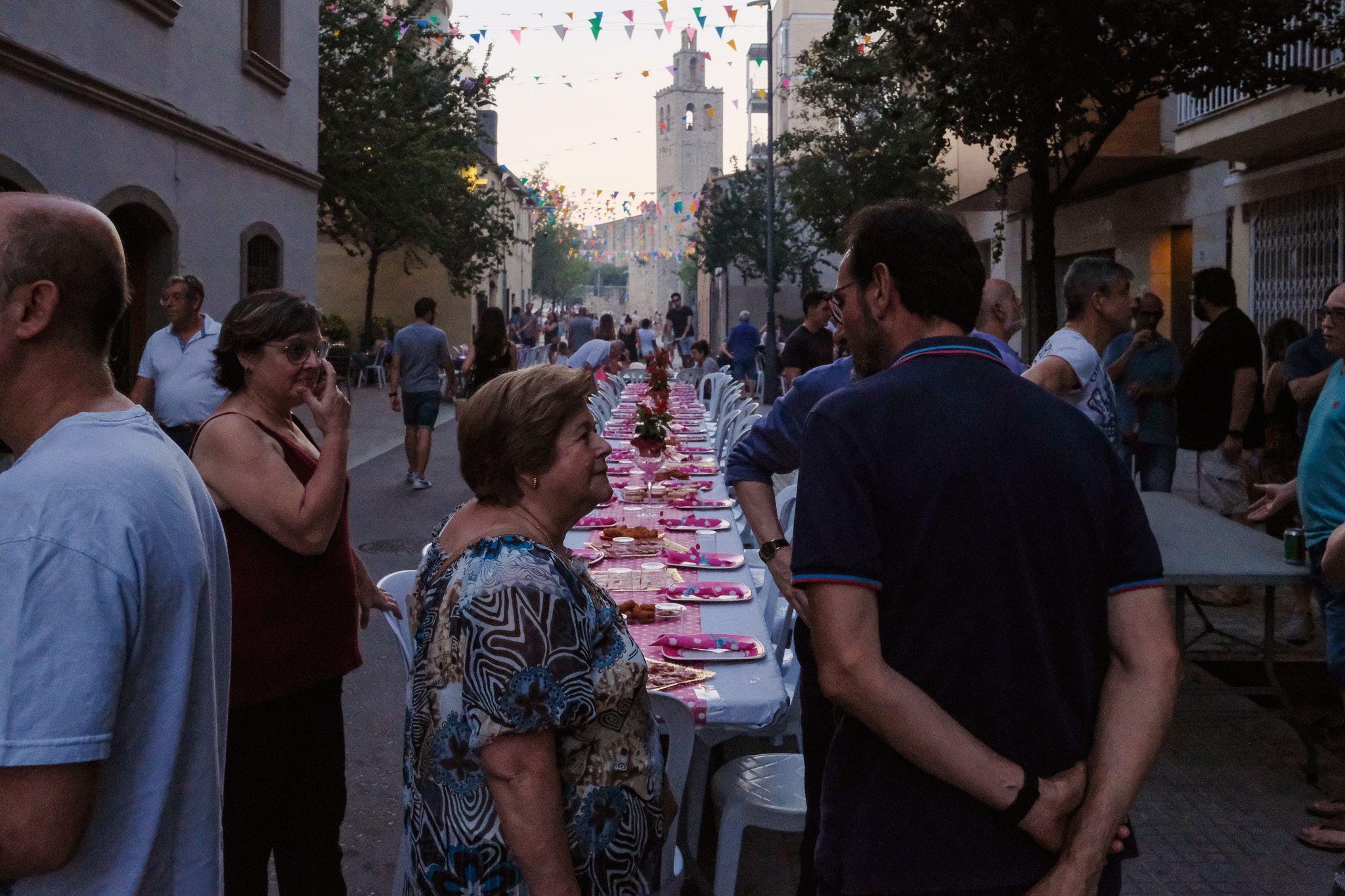 Preparant un sopar popular de barri. Foto: Alex Gómez