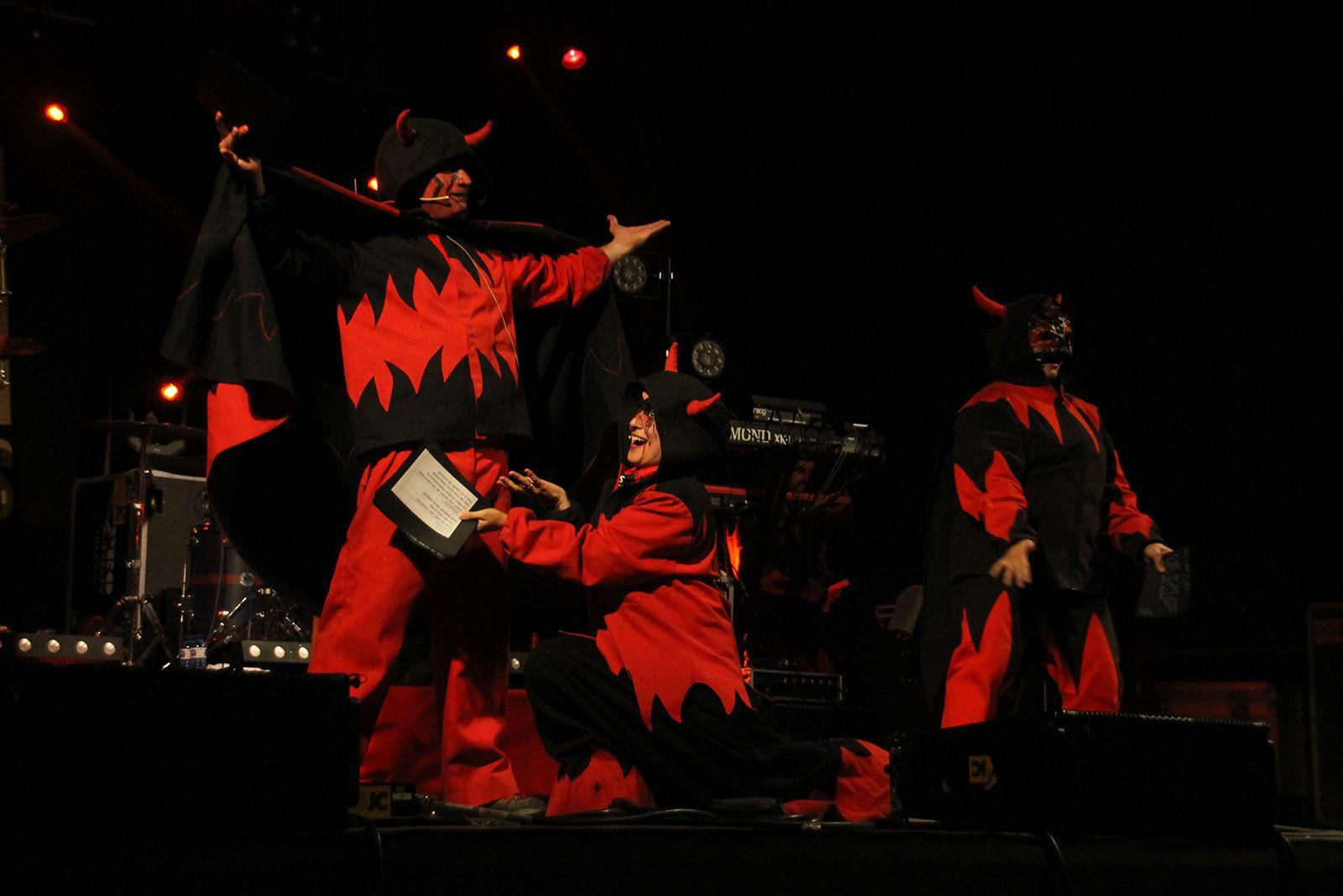 Versots dels diables per acabar el Correfoc. FOTO: Paula Galván