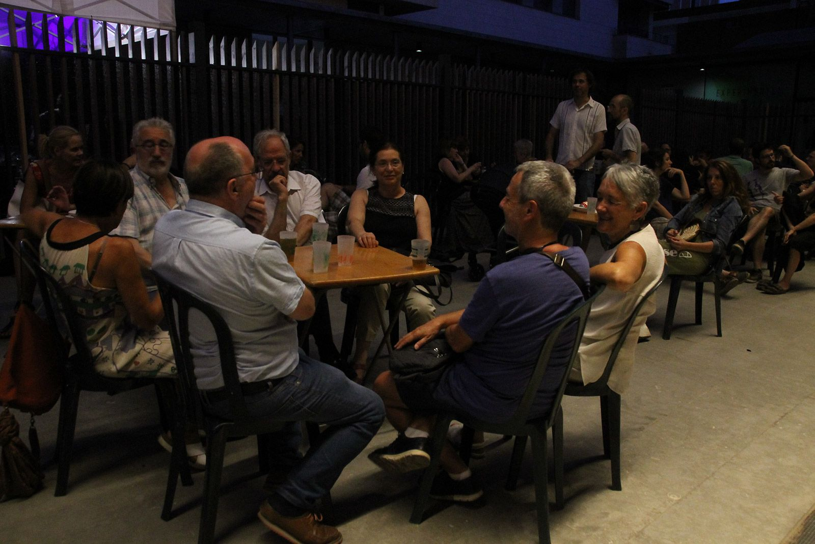 Música i sopar a la plaça del Jazz. FOTO: Paula Galván
