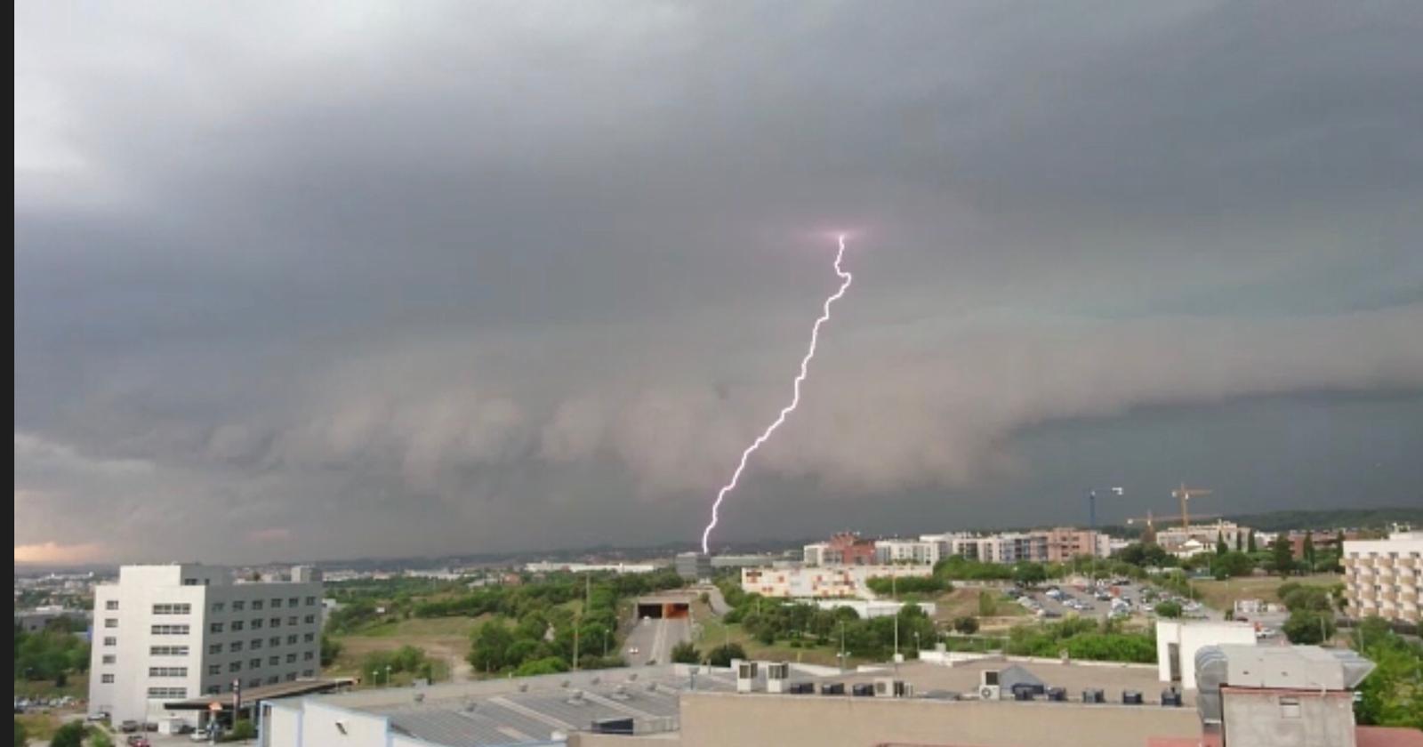 Un llamp durant la tempesta a Sant Cugat. Foto: Veronica Vall.