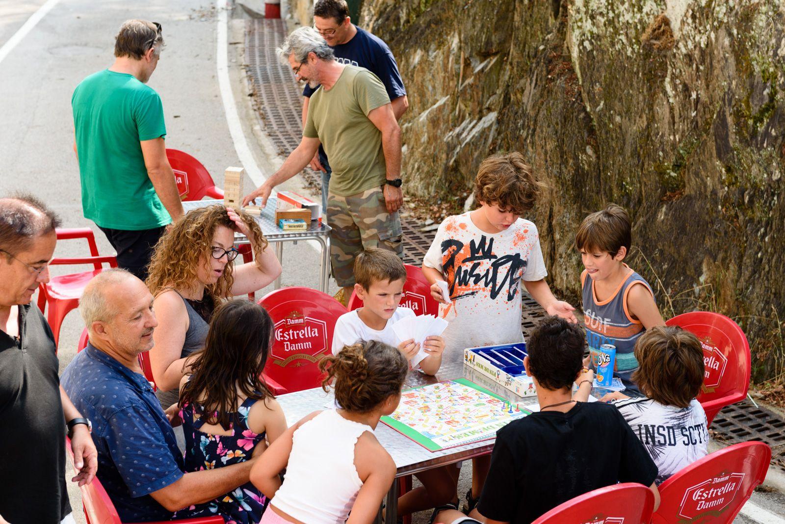Festa infantil: Diferents jocs i xocolatada amb pastes.