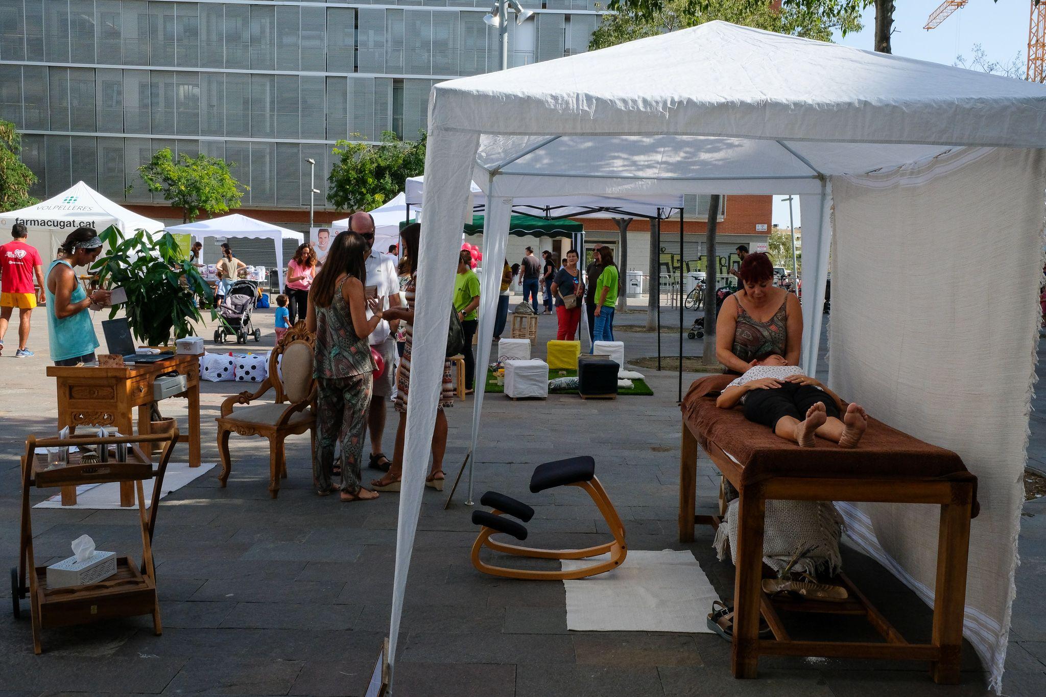 Mostra d'entitats i comerços a la plaça dels Rabassaires. Foto: Ale Gómez.