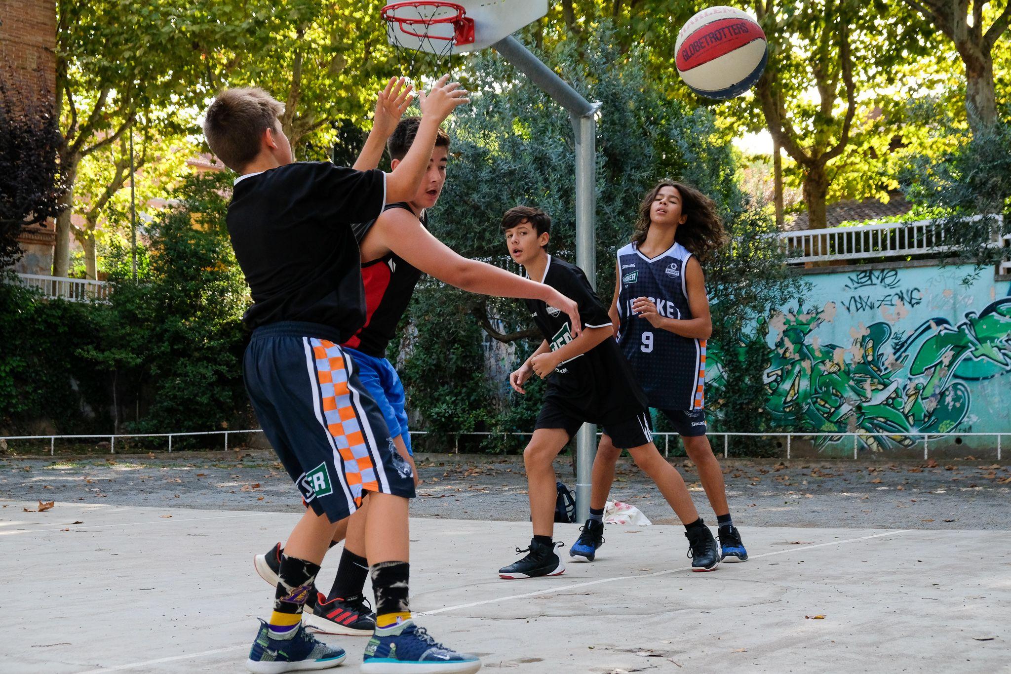 Un partit de streetbasket 3x3 al costat de l'església. Foto: Ale Gómez