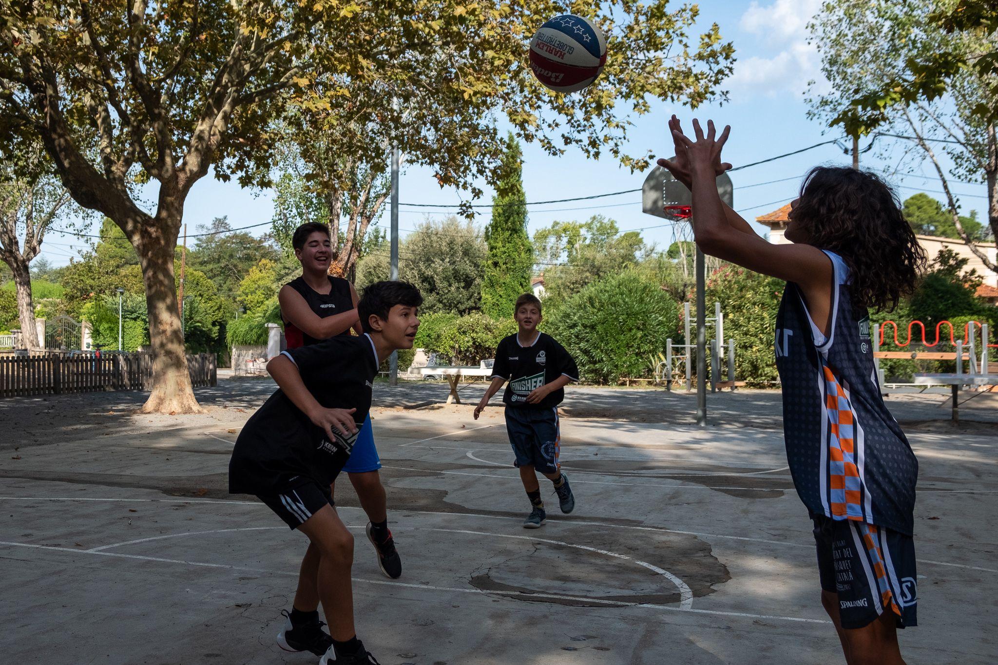 """Un partit de """"Streetbasket 3x3"""" al costat de l'església. Foto: Ale Gómez"""