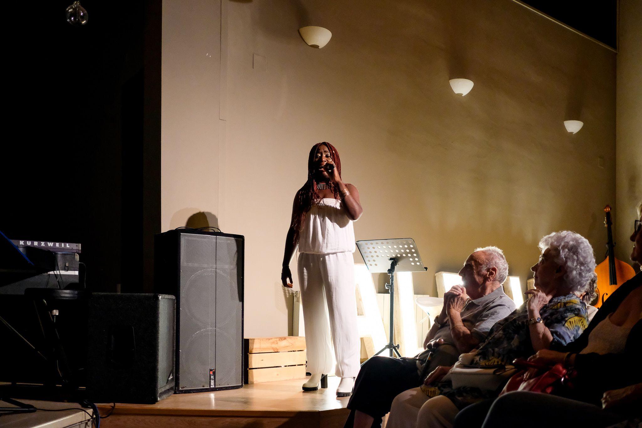 Actuació de Gòspel a l'església protestant. Foto: Ale Gómez
