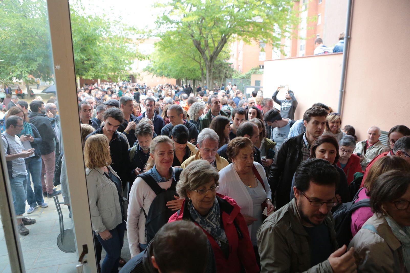 Gent entrant a votar a les escoles. Foto: Artur Rivera