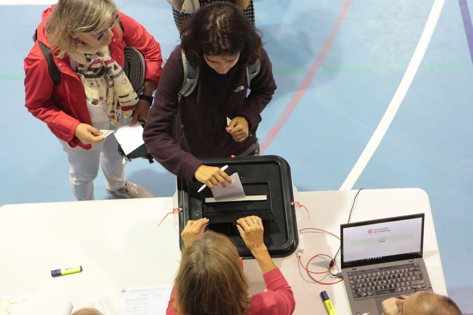 Gent votant a les escoles. Foto: Artur Rivera