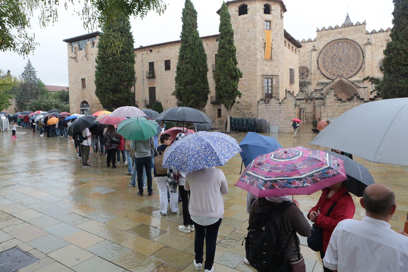 Les cues sota la pluja. Foto: Artur Rivera