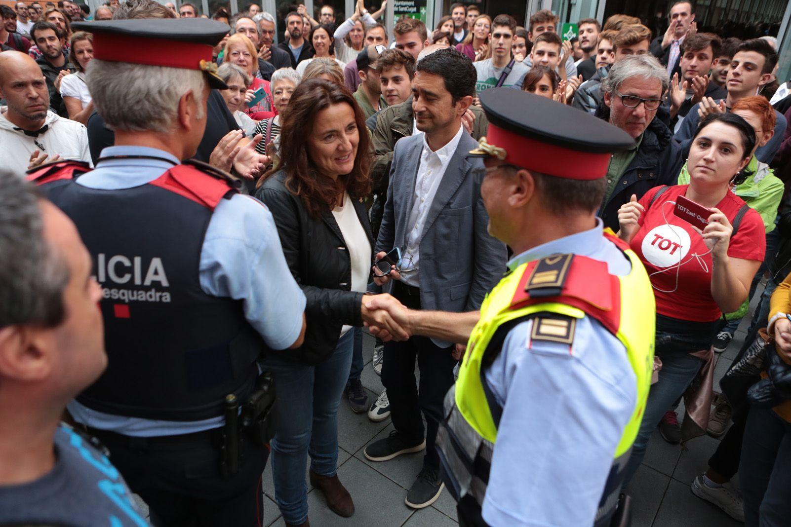 L'alcaldesa Merce Conesa i la policia. Foto: Artur Rivera