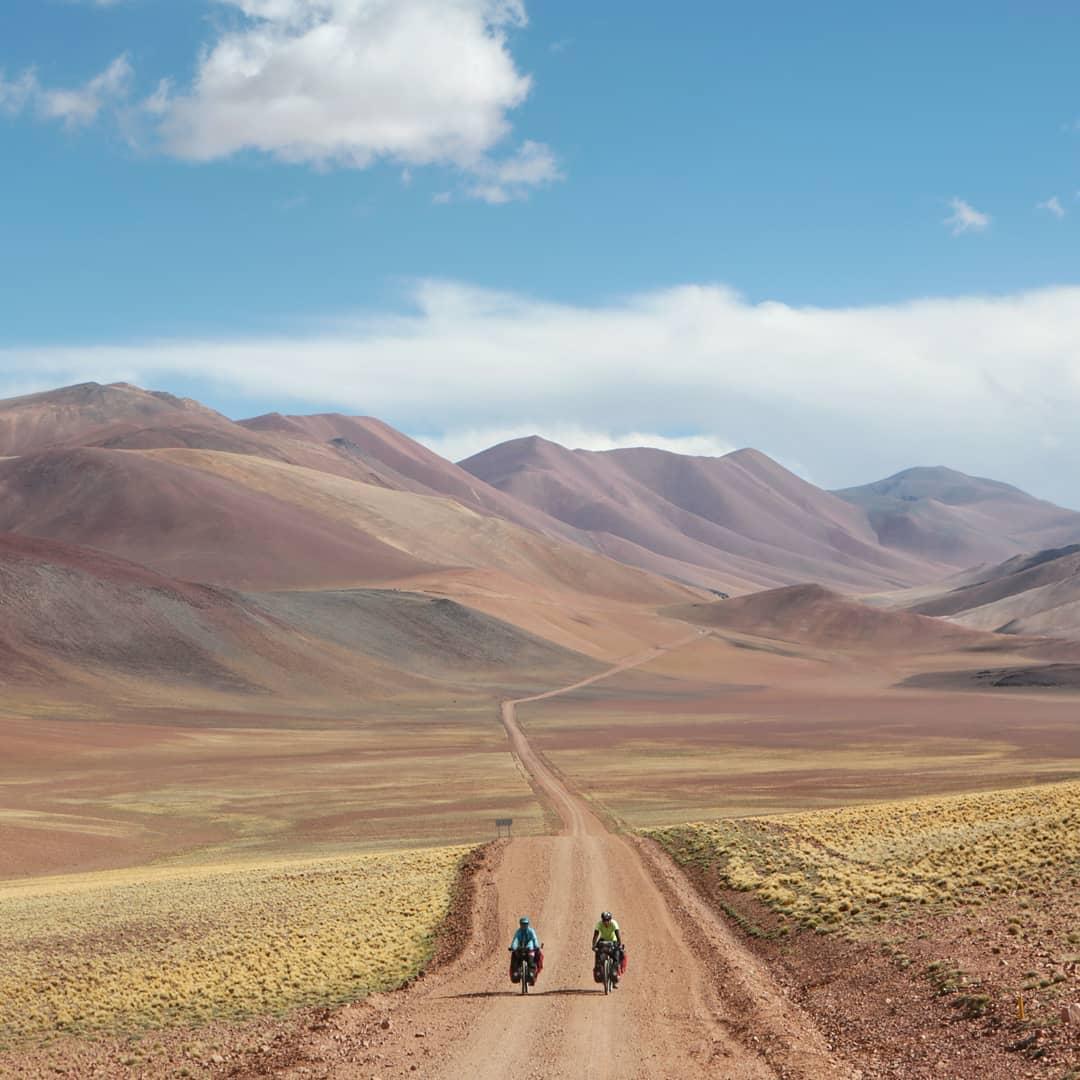 biciclistes   Uno de los tramos más bonitos del Paso Pircas Negras a 4175m.s.n.m en la región de La Puna de Atacama @arturribera & @hikebiketheworld