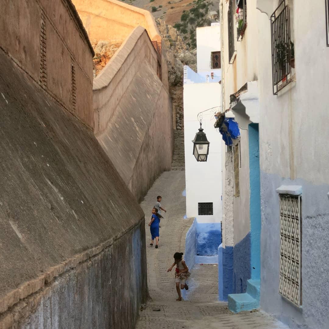 "7e premi @armnd.sp ""Jugant dins la muralla, foto feta a Chefchaouen, Marroc"""