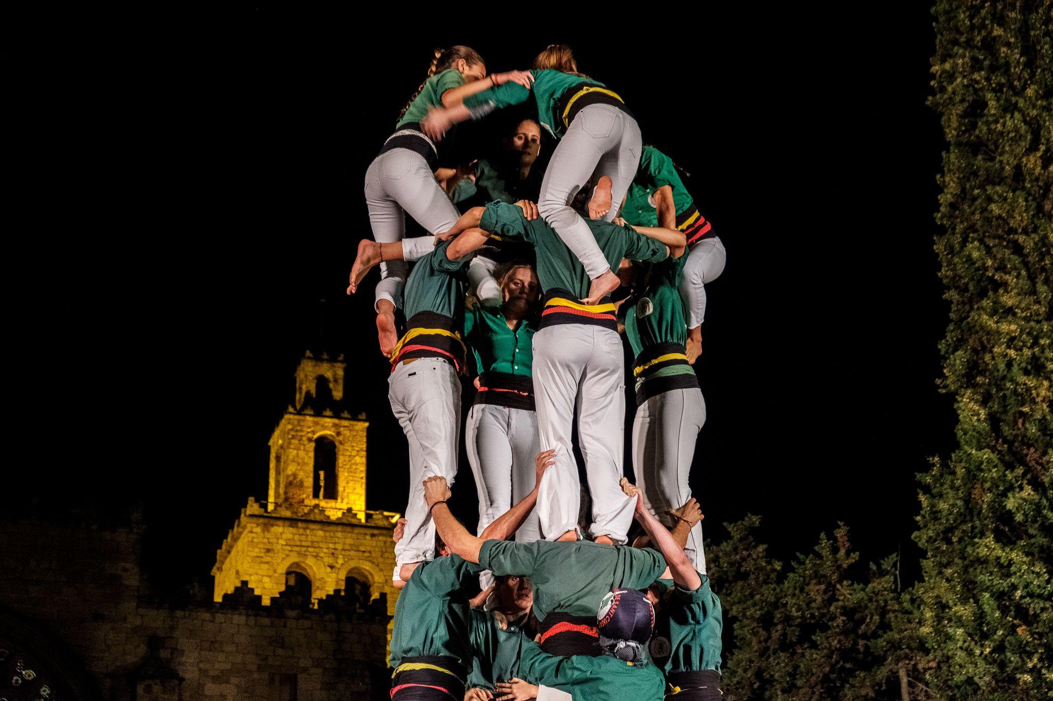 Els Castellers de Sants i els de Sant Cugat a la plaça d'Octavià. FOTO: Ale Gómez