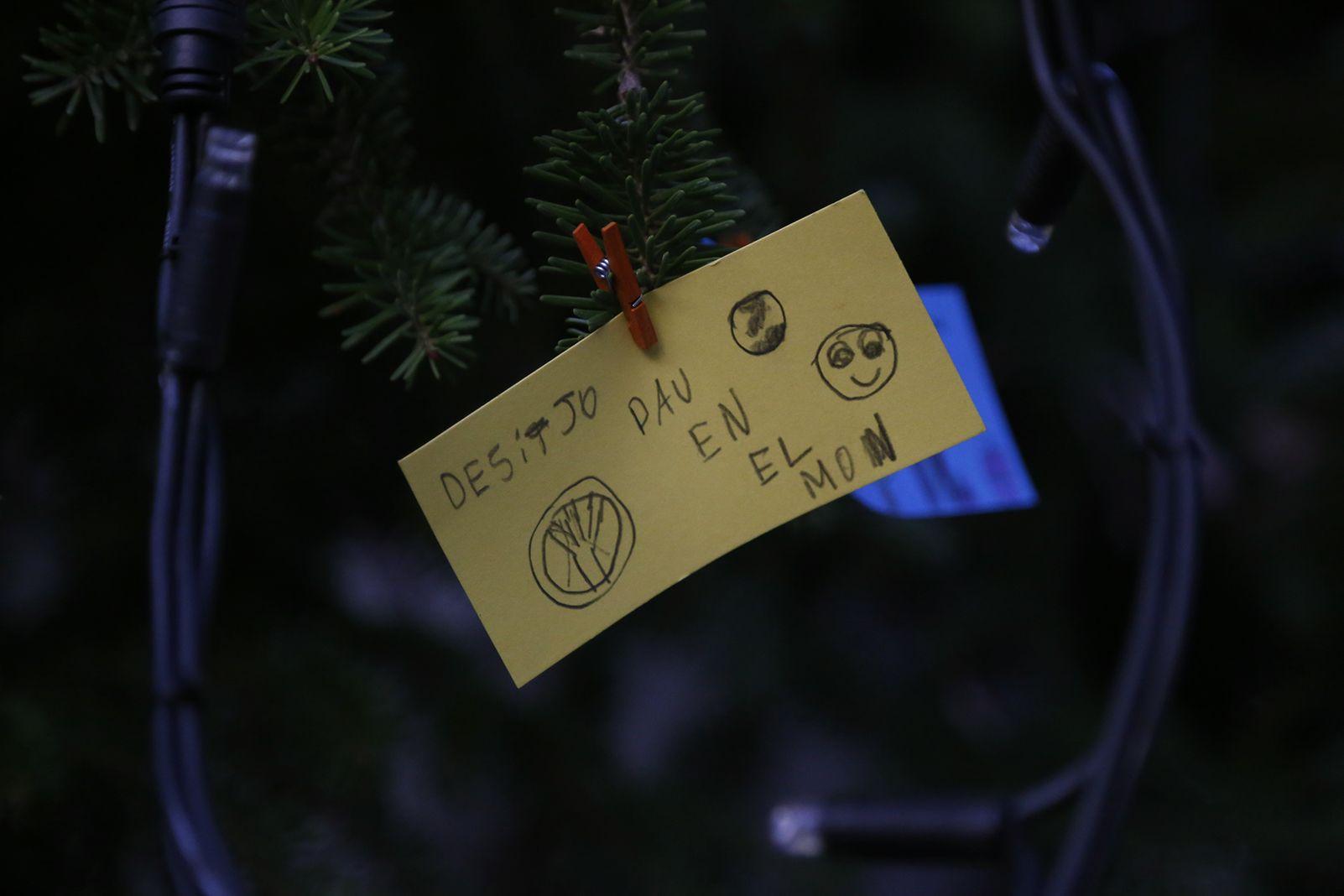 Desitjos a l'arbe de nadal de Valldoreix. FOTO: Anna Bassa