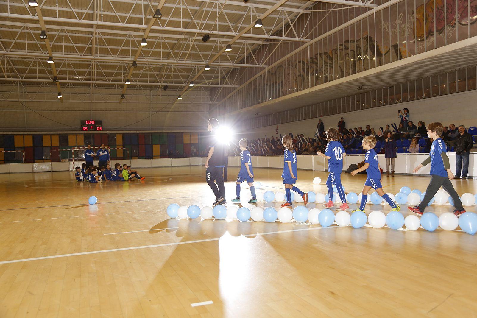 Entrada dels esportistes en la presentació d'equips de l'Olimpyc la Floresta de futbol sala. FOTO: Anna Bassa