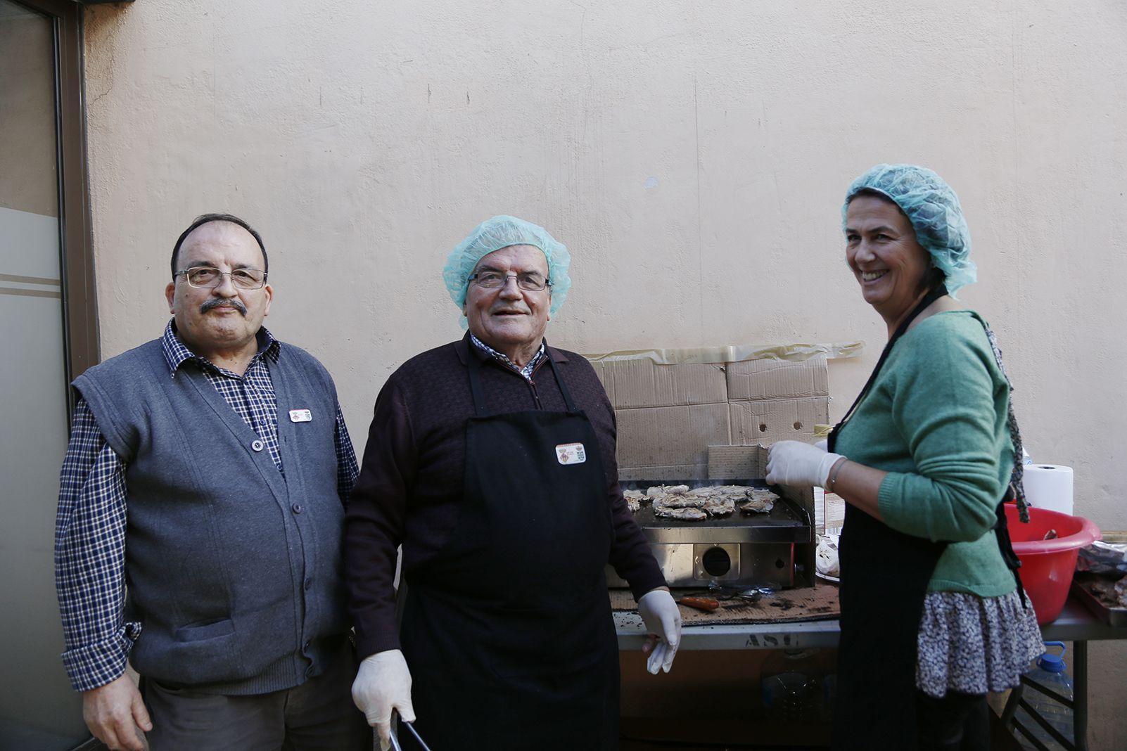 Cuiners al dinar de la comunitat de santcugatencs originaris del municipi agermanat a La Haba societat. FOTO: Anna Bassa