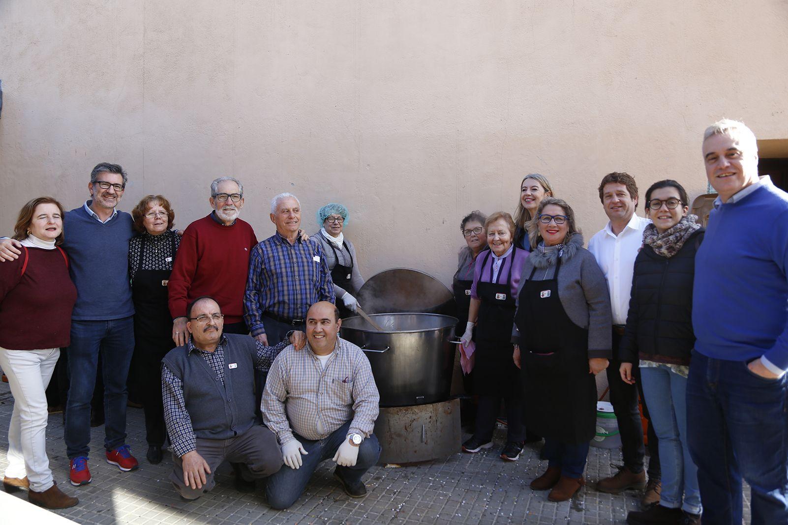 Cuiners i alcaldesa al dinar de la comunitat de santcugatencs originaris del municipi agermanat a La Haba societat. FOTO: Anna Bassa