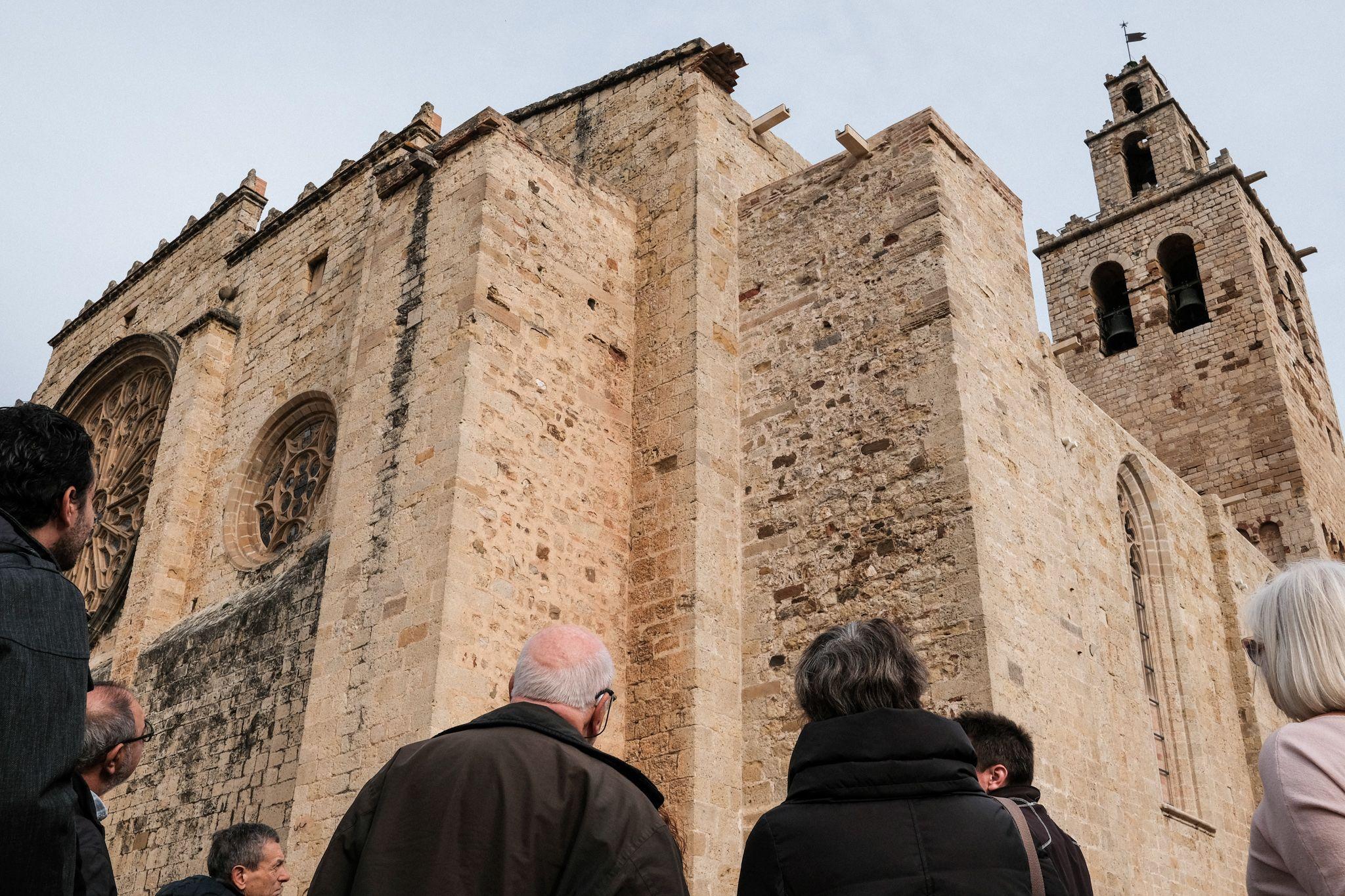 Visita per conèixer el resultat de les obres de la façana del Monestir. FOTO: Ale Gómez