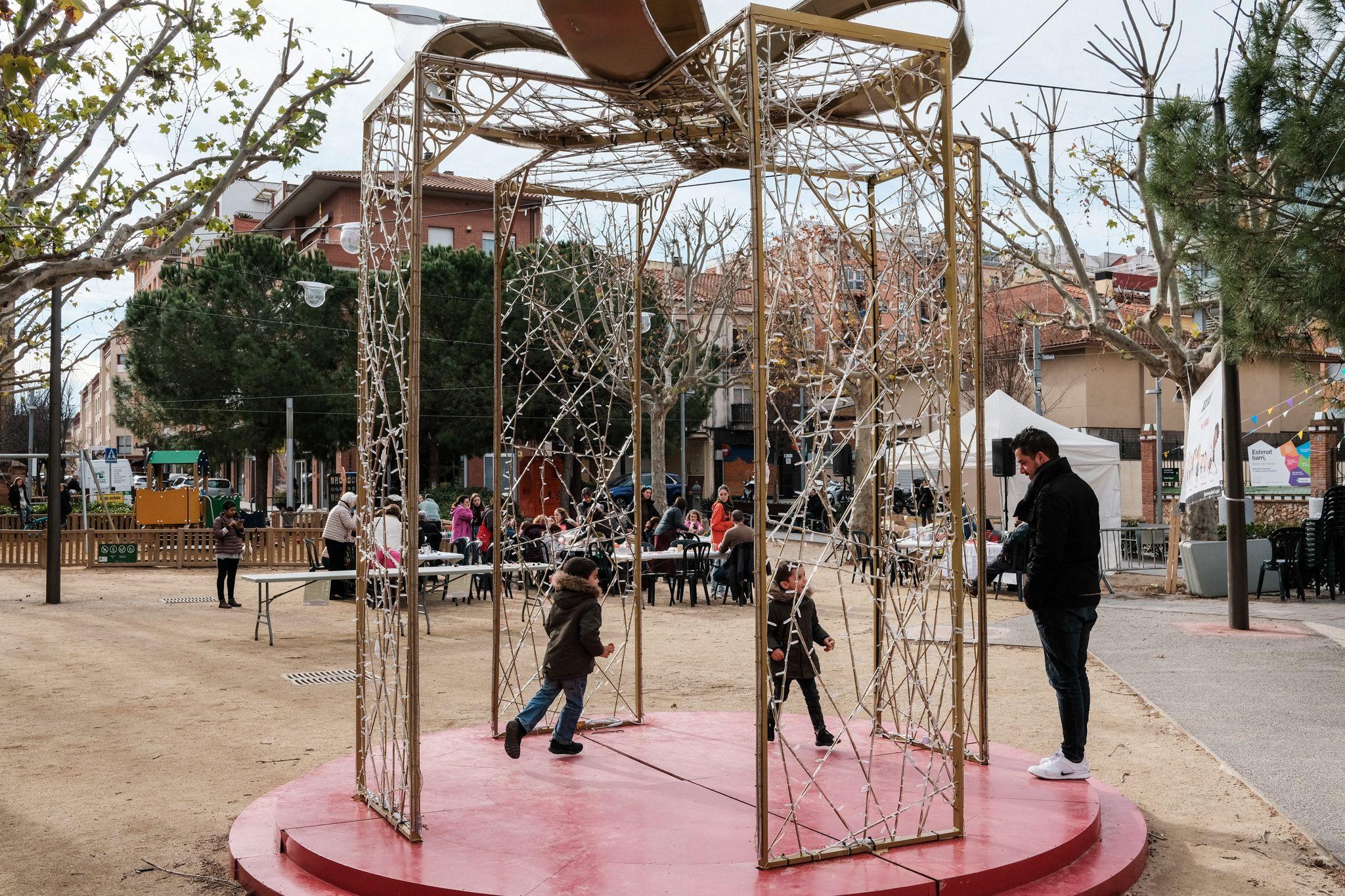 Taller infantil: 'Decorem la plaça' al NADAL de la plaça del Coll. FOTO: Ale Gómez
