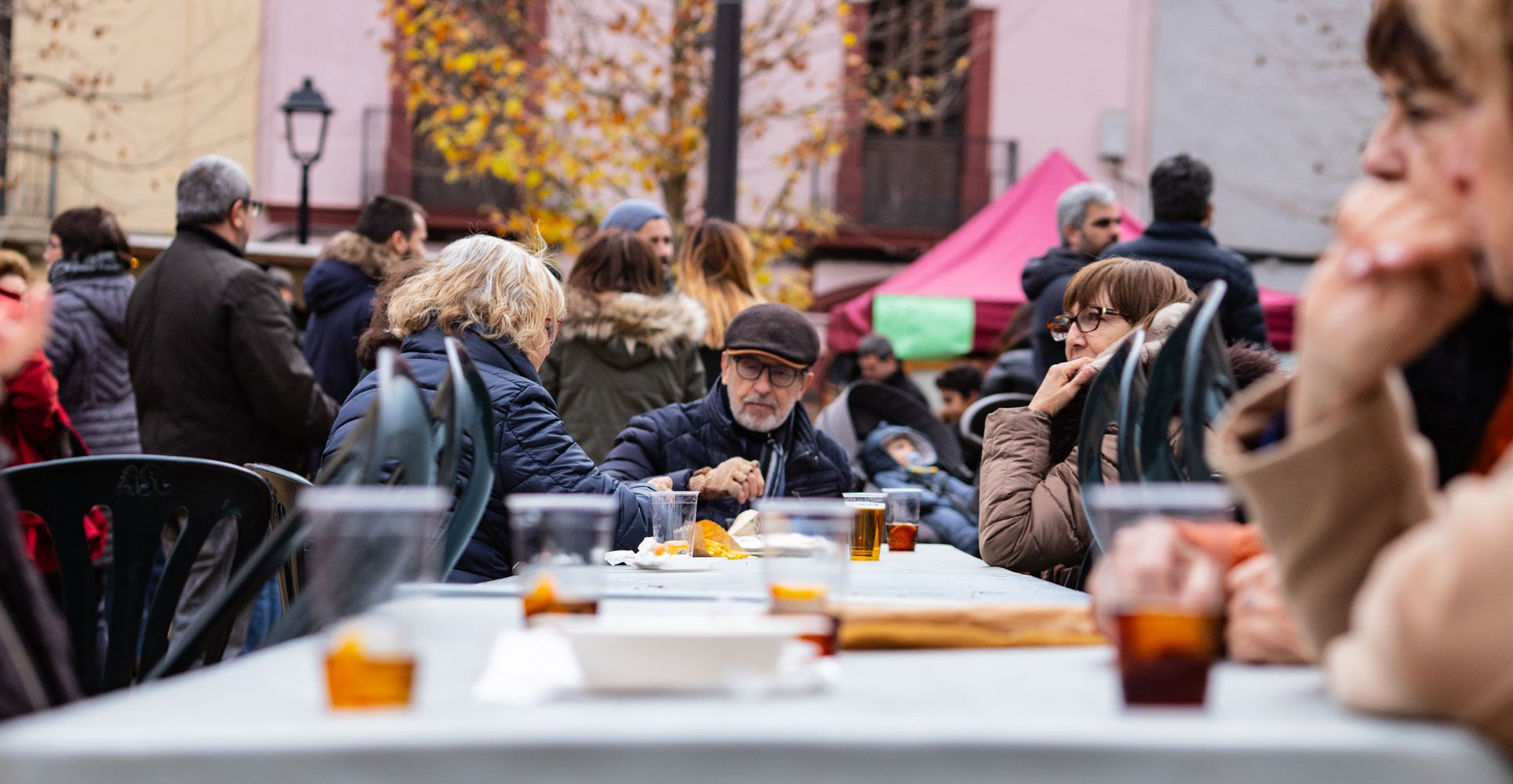 Vermut i animació familiar amb Carles Cuberes a la plaça de Barcelona.
