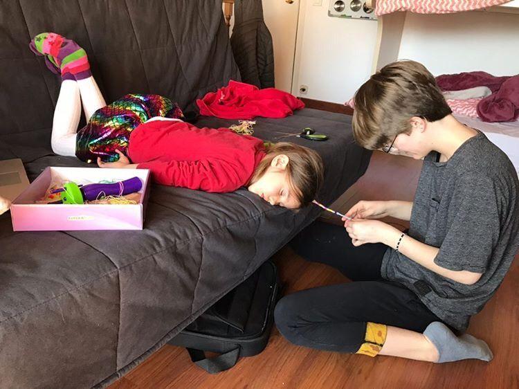 La meva filla gran (17) pentinant a la meva filla petita (5) que s'ha quedat dormida