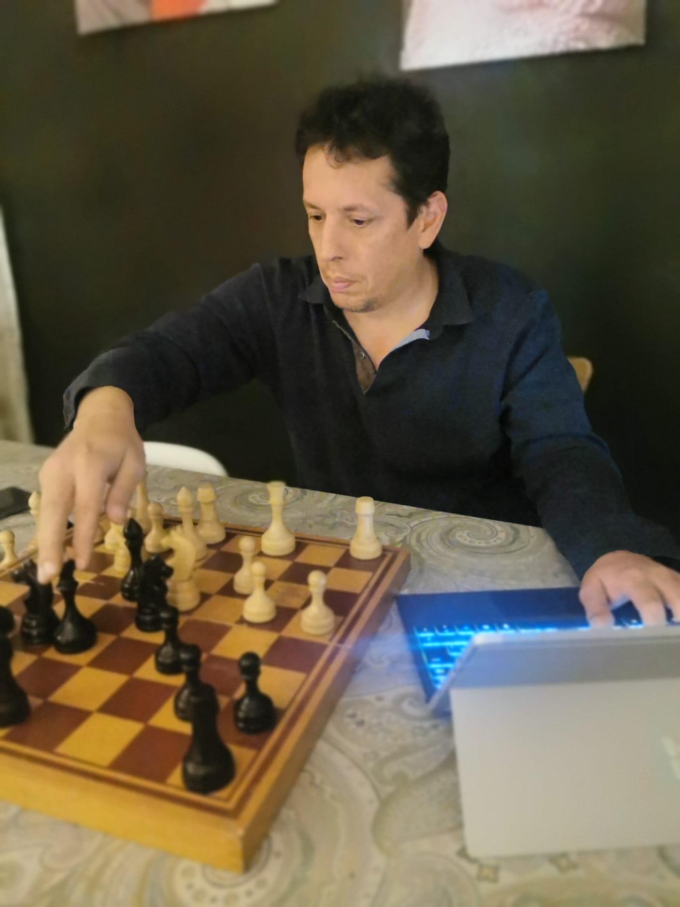 Cristian Barceló, del CE Sant Cugat, realitzant una partida d'escacs des de casa. FOTO: Cedida