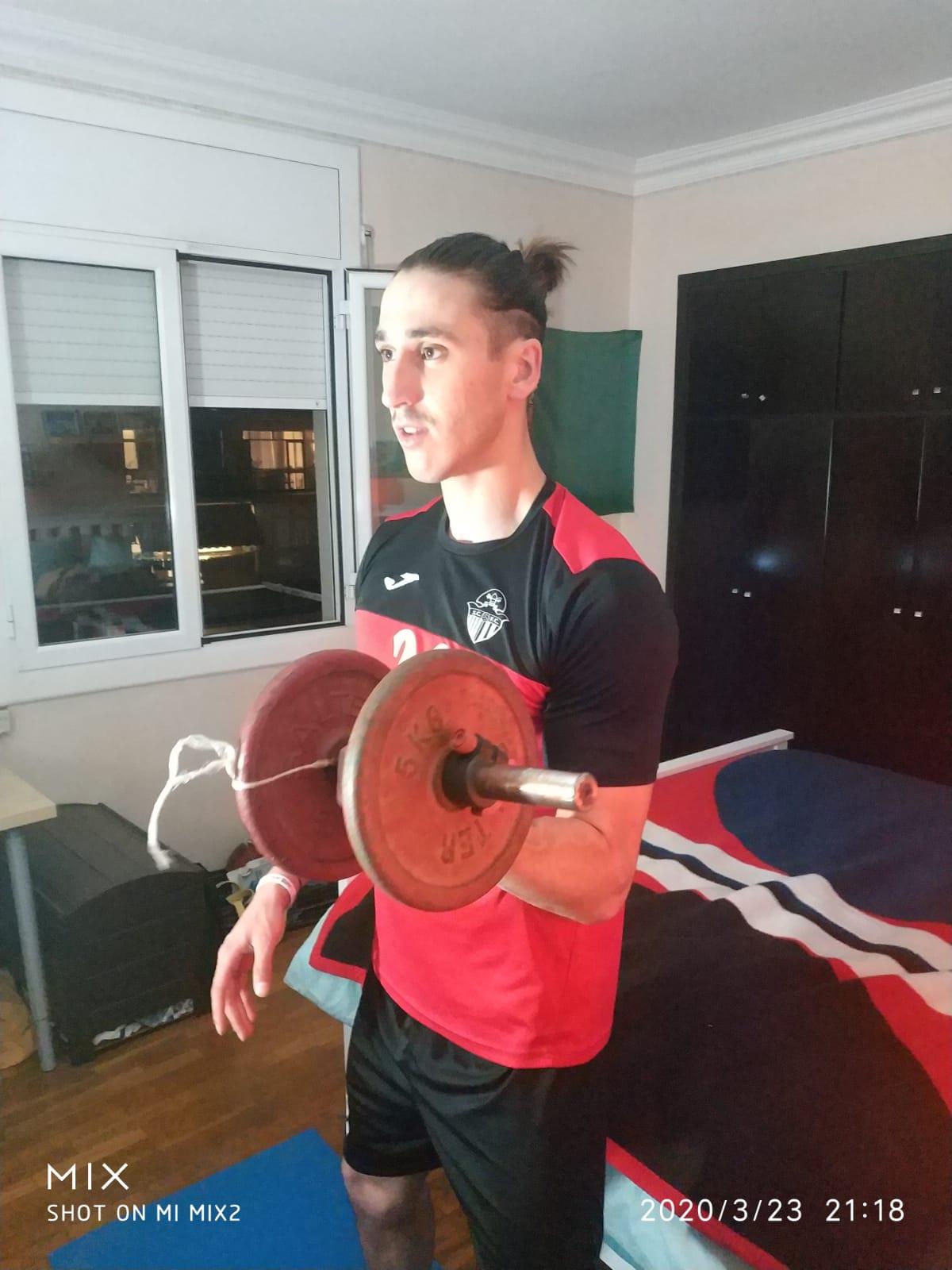 Jordi Ranera, del Sant Cugat FC, fent peses a casa. FOTO: Cedida