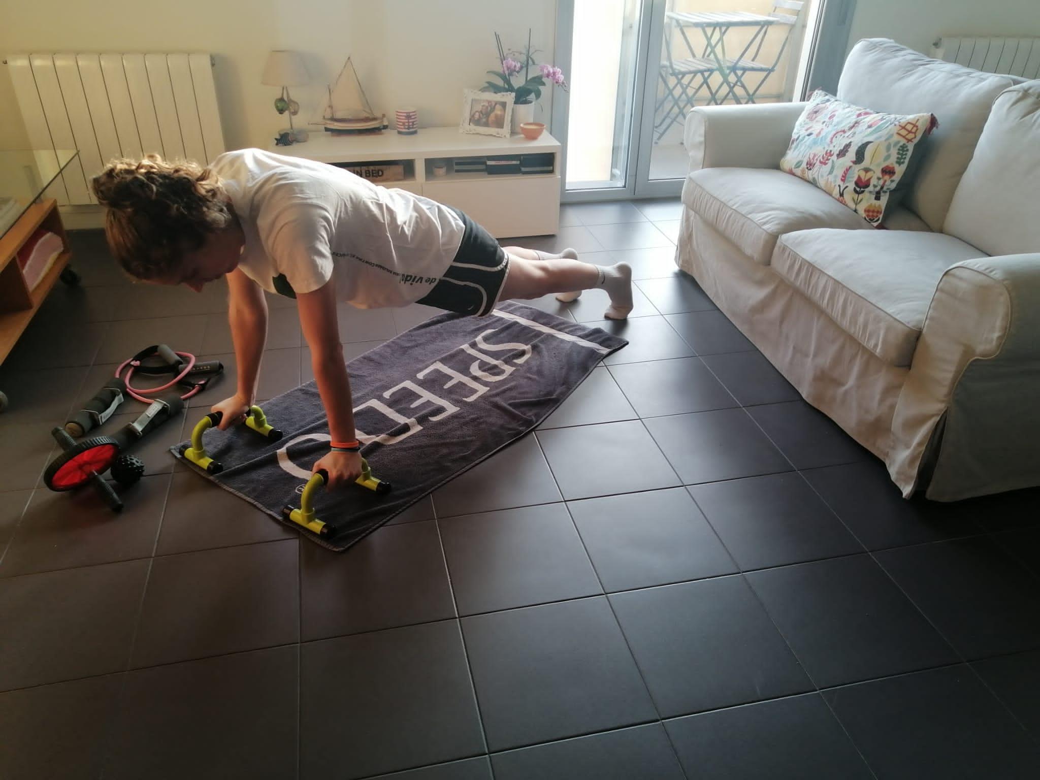 Laura Benedicto, de la UESC, mantenint se en forma des de casa. FOTO: Cedida