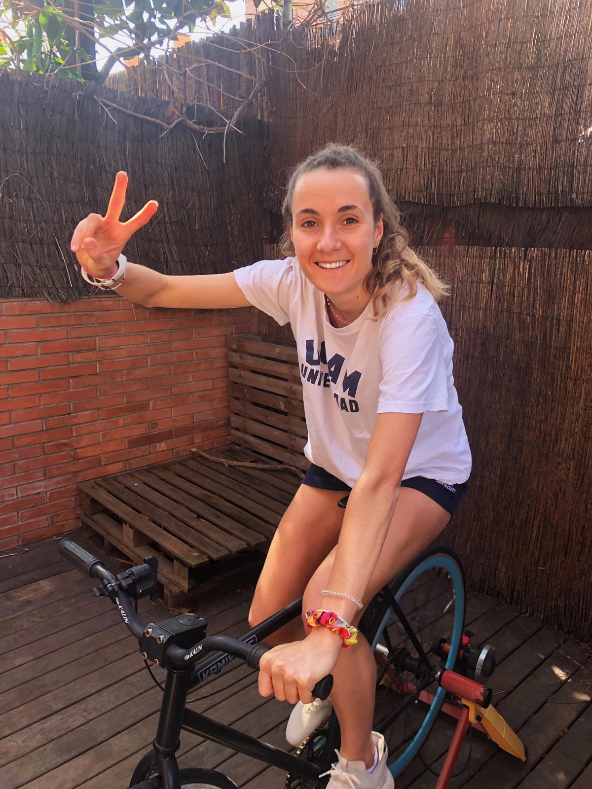 Mariona Serrahima, del Junior FC d'hoquei herba, fent bicicleta estàtica. FOTO: Cedida