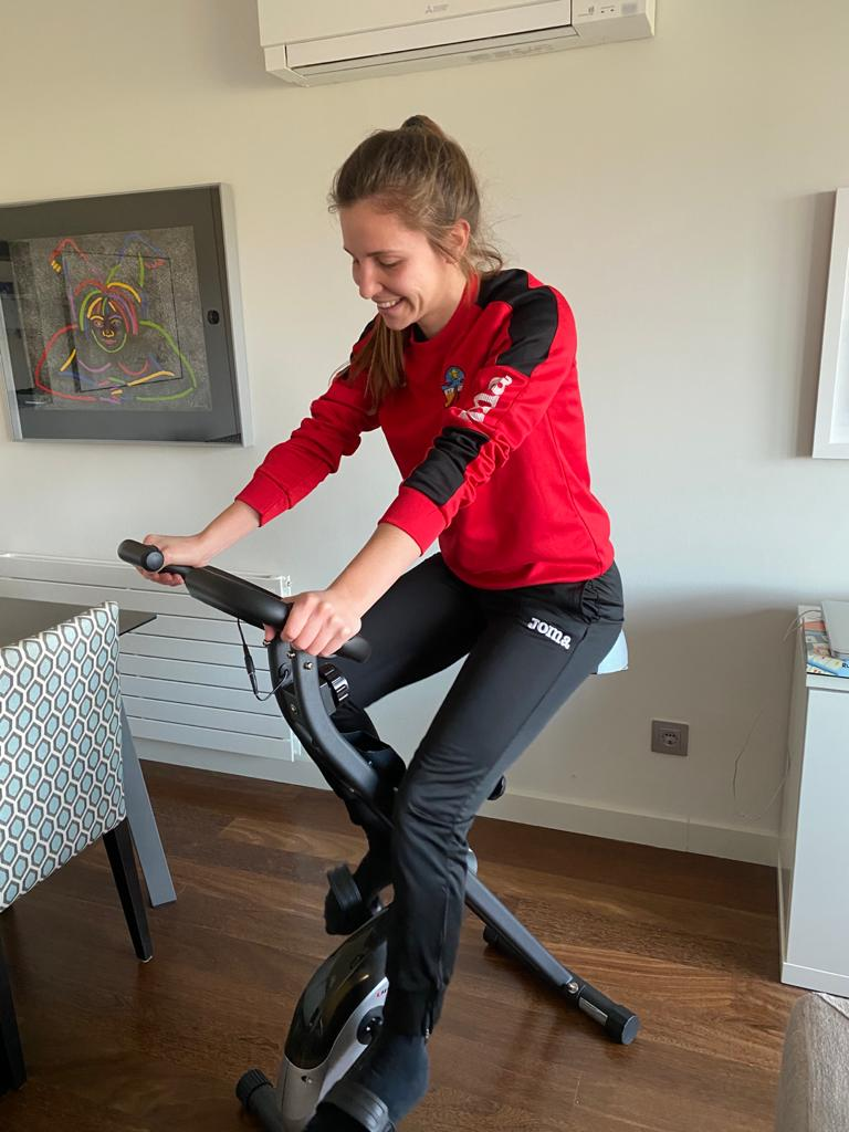 Marta Feliu, del Sant Cugat FC, també treu rèdit a la bicicleta estàtica. FOTO: Cedida