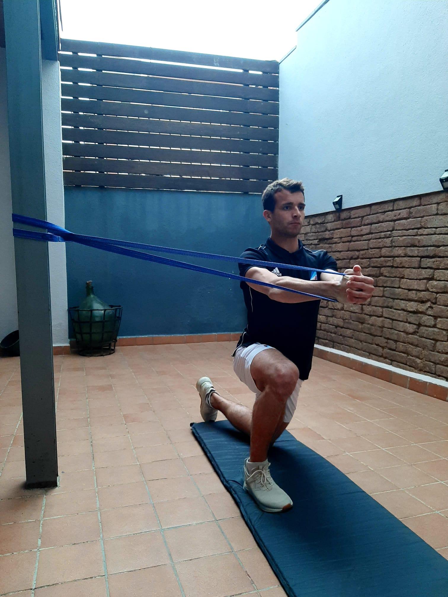 Oriol Salvador, del Junior FC d'hoquei herba, fent exercicis de musculatura. FOTO: Cedida