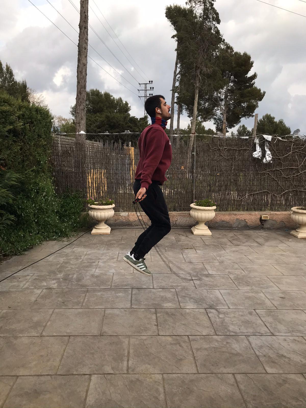 Pol Claramunt, del PHC Sant Cugat, saltant la corda al jardí de casa. FOTO: Cedida