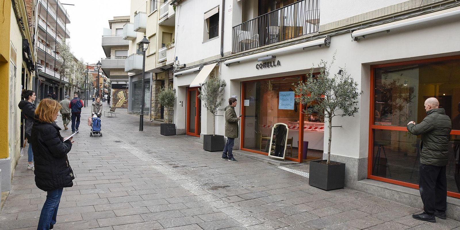 El coronavirus ha obligat a veure cues a l'exterior dels comerços. FOTO: Bernat Millet