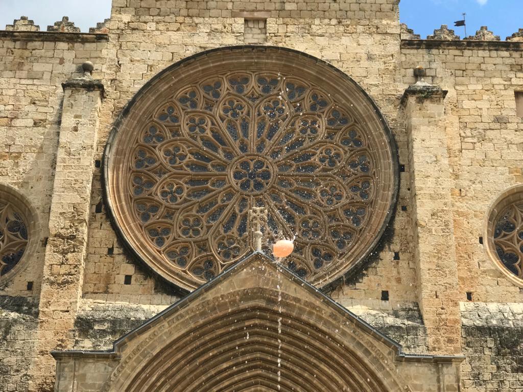 L'ou com balla representa la Sagrada Forma dins una rica custòdia ornada amb pedres precioses.