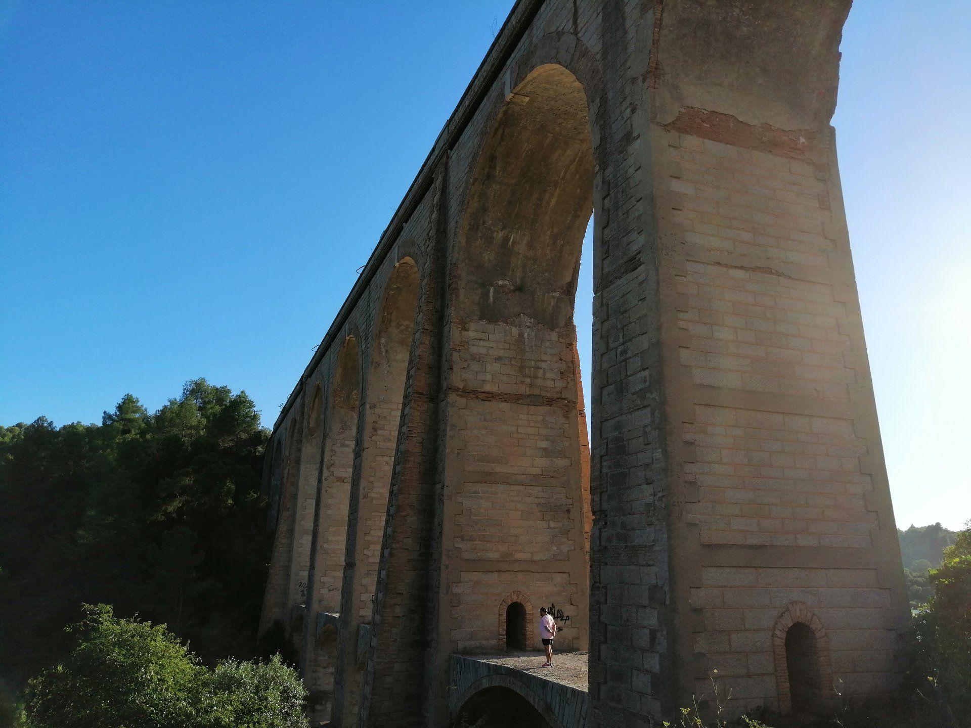 Meditant sota el viaducte de Capçanes (Priorat). FOTO Pau Loscos Escolano
