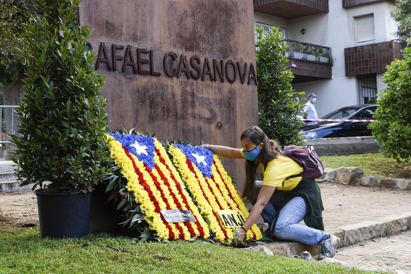 Ofrena floral de l'Assemblea Nacional de Joves Independentistes al monument de Rafael Casanova. Foto: Bernat Millet.