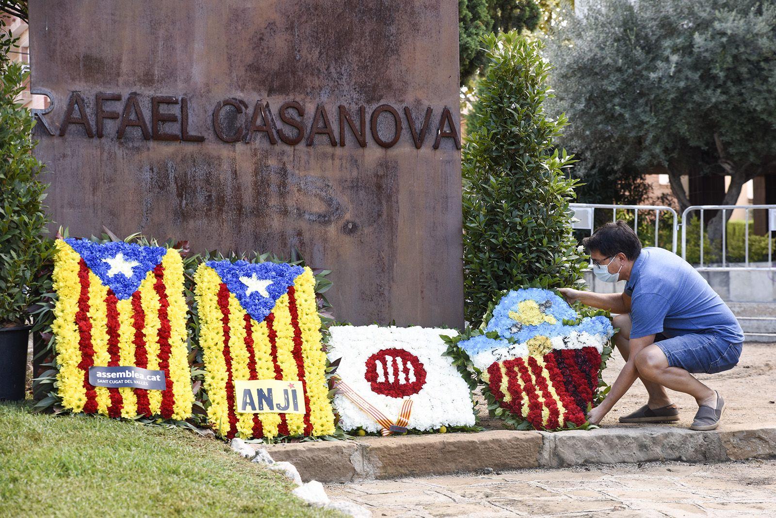 Ofrena floral del Sant Cugat Futbol Club al monument de Rafael Casanova. Foto: Bernat Millet.