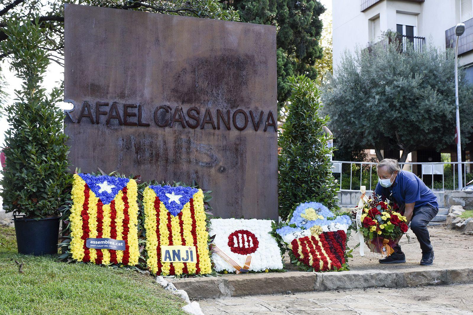 Ofrena floral del Club Muntanyenc Sant Cugat al monument de Rafael Casanova. Foto: Bernat Millet.